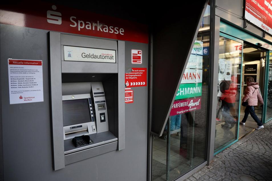 Wird wohl erst im Dezember wieder funktionieren: Der Geldautomat an der Riesaer Elbgalerie hat ein Problem.