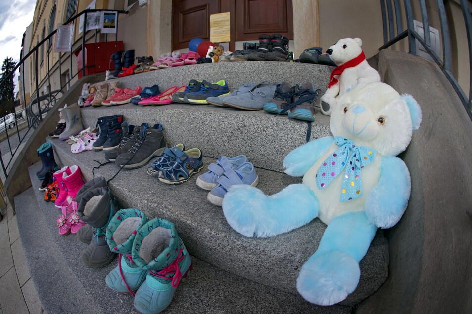 """Protest gegen die Corona-Schutzmaßnahmen in Bad Schandau. """"Den Protest in Form der hier abgelegten Sachen weiterleiten."""""""