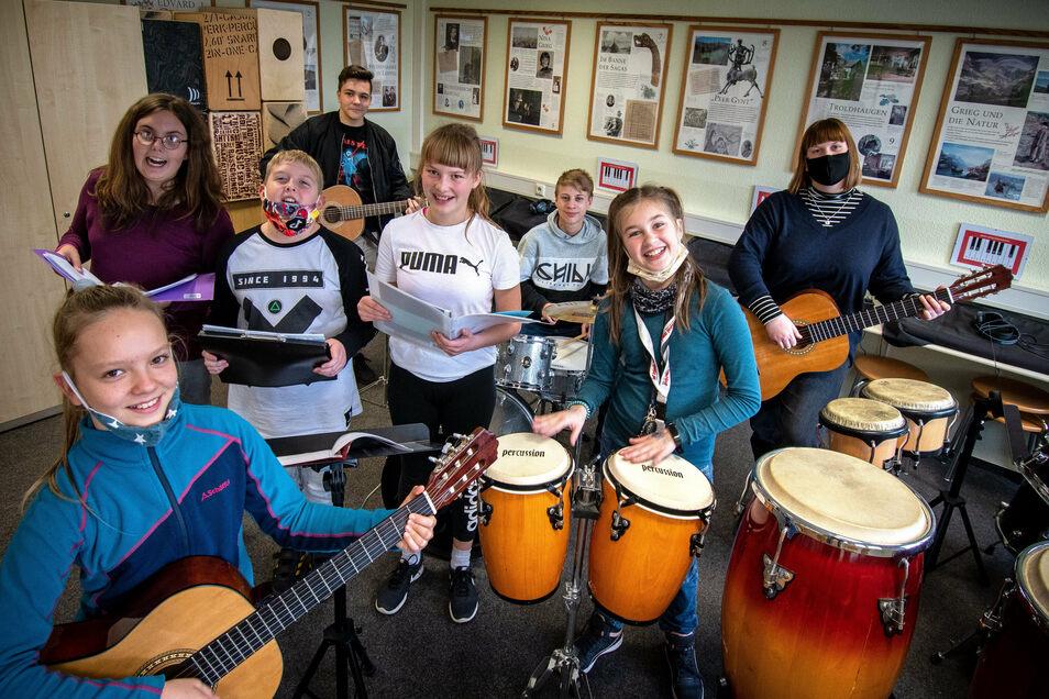 Nur für das Foto haben sich Sänger, Gitarrenschüler und Mitglieder der Band der Waldheimer Oberschule vereint. Ansonsten proben sie getrennt. Die Band und die Schlagzeuger müssen im Moment ganz pausieren.