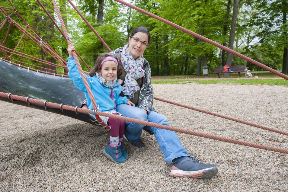 """Die vierjährige Melina und ihre Mama Yvonne Seurig freuen sich, dass sie wieder auf die Spielplätze dürfen. """"Wieder ein bisschen mehr zurück zum Leben"""", befindet die Großenhainerin."""
