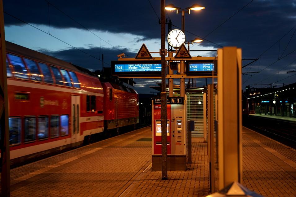 Auch an Bahnsteigen und in Zügen und Straßenbahnen kommt es häufig zur sexuellen Belästigung von Frauen.