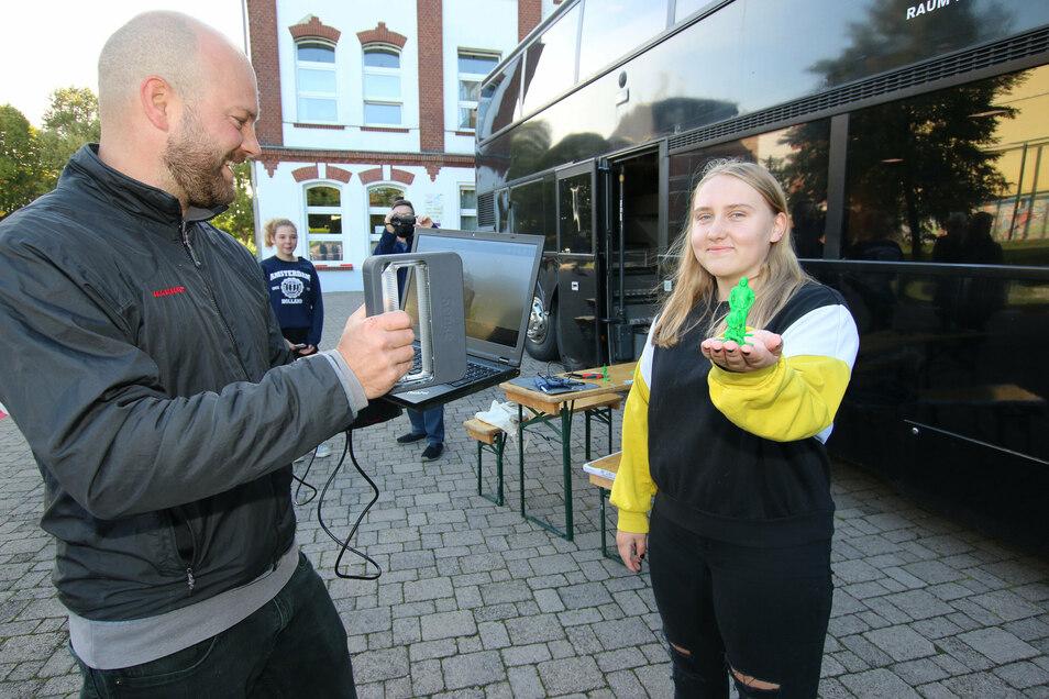 Julius Plüschke (links) vom Fabmobil scannt Jana Ina May. In ihrer Hand hält sie das spätere Ergebnis – eine Figur aus dem 3 D-Drucker, die ihr ähnelt.