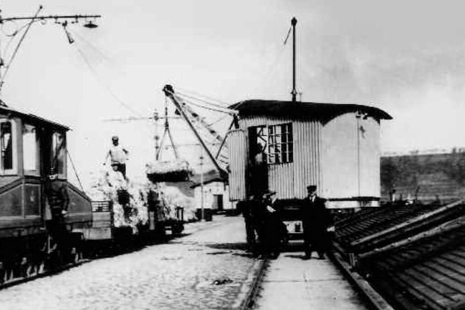 Verladung von Jute aus tropischen Gebieten am Meißner Elbkai in der Kaiserzeit. Der Rohstoff zur Hartfaserherstellung wurde anschließen mit einem Güterwagen von der Straßenbahn zur Jutespinnerei ins Triebischtal gefahren.