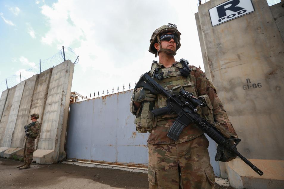 Bewaffnete US-Soldaten bewachen eine Militärbasis in Kirkuk. In der Nähe der nordirakischen Stadt ist ein IS-Anführer getötet worden (Archivbild).