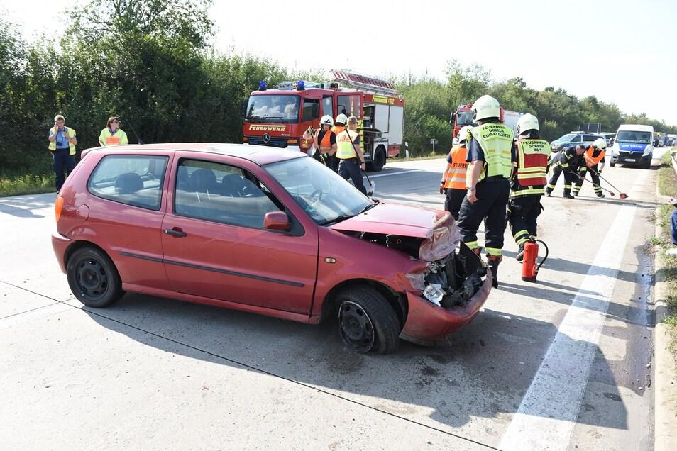 Das Unfallauto steht quer zur A14 bei Döbeln. Die Fahrbahn war für knapp 30 Minuten voll gesperrt.
