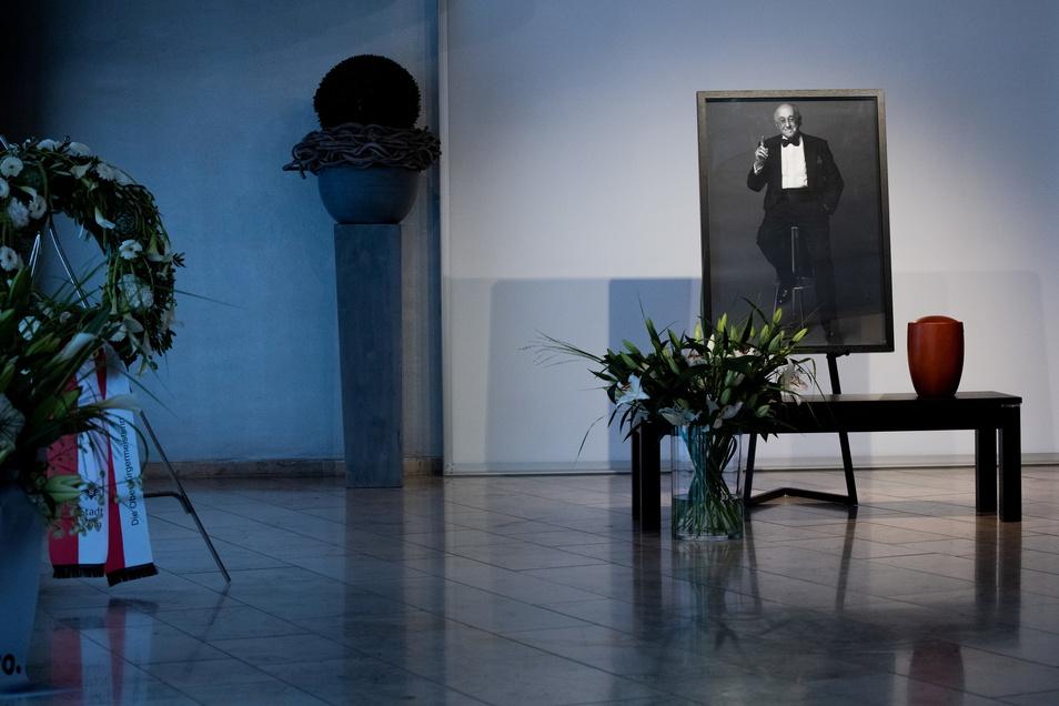 Die Urne mit den sterblichen Überresten des Entertainers Alfred Biolek steht im Domsaal des Bestattungshauses Christoph Kuckelkorn in der Kölner Innenstadt.