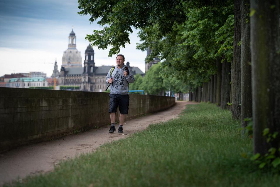 Dieser Weg wird kein leichter sein: SZ-Redakteur Andreas Rentsch sammelt Schritte am Dresdner Elbufer.