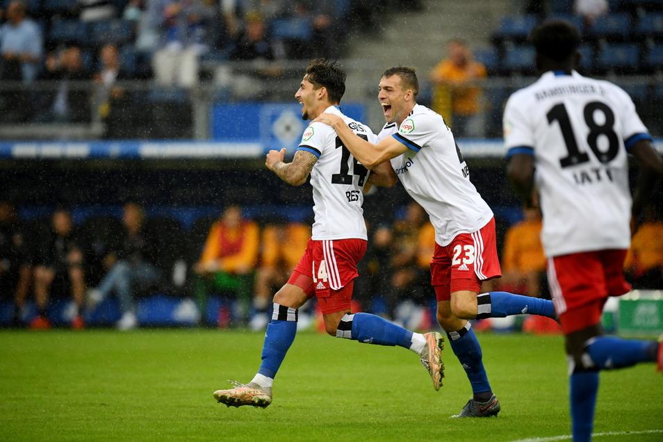 Hamburg jubelt, im Hintergund schaut die Dynamo-Bank bedröppelt zu: Hamburgs Ludovit Reis (l.) feiert seinen Treffer zum 1:0 mit Jonas Meffert.