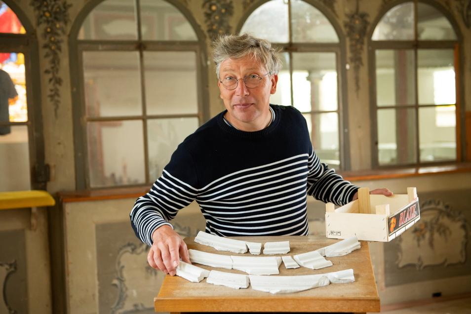 Gunter Preuß restauriert die Patronatsloge in der Skassaer Kirche, die wieder zur Zürnerstube werden soll.