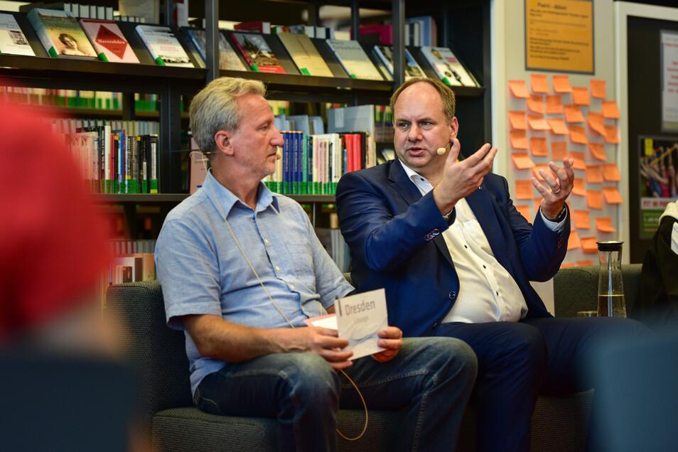 Oberbürgermeister Dirk Hilbert und Prof. Arend Flemming, Direktor der Städtischen Bibliotheken, diskutieren mit Schülern und Schülerinnen der 9. Klasse zum Thema Fridays for Future