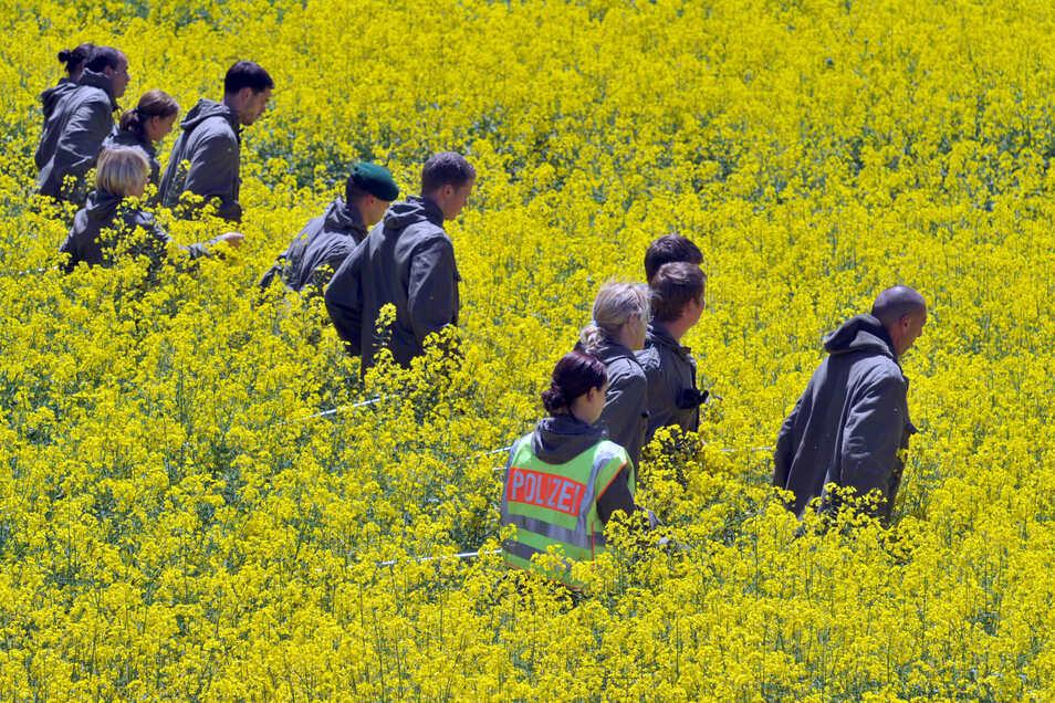 Polizisten durchsuchen bei Heidenheim ein Rapsfeld.