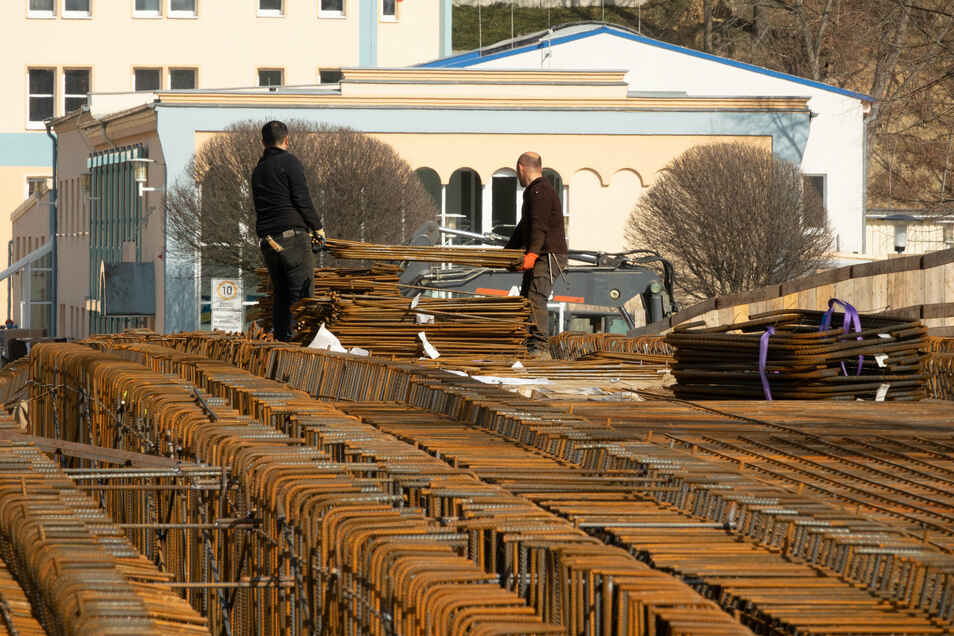 Auf den meisten Baustellen in der Region gehen die Arbeiten auch in der Corona-Krise weiter. Auf der Brücke Schillerstraße in Döbeln ist mit den Stahlflechtarbeiten begonnen worden.