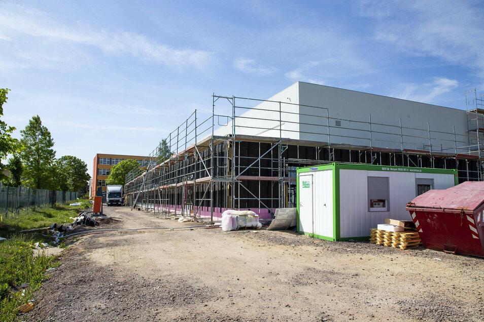 An der neue Dreifeldsport-Halle in Bannewitz sollen jetzt die Arbeiten an den Zufahrtsstraßen beginnen. Die Einweihungsfeier wurde wegen Corona verschoben.