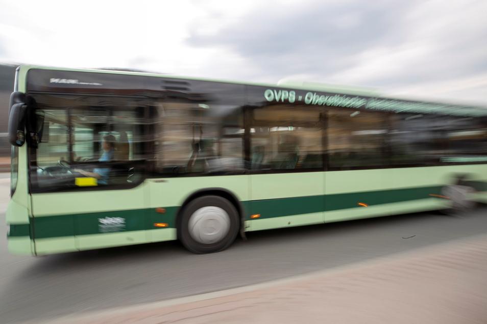 Ein Bus fährt durch Graupa; leider hält er aber nicht am neuen Pennymarkt.