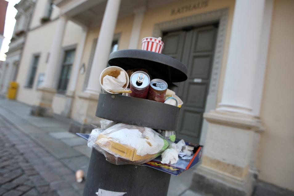 Überfüllter Mülleimer vor dem Pirnaer Rathaus: Absichtlich vollgestopft, um der Stadt eins auszuwischen?