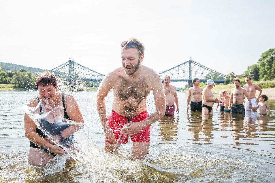Am 3. August war das inoffizielles Elbeschwimmen in kleiner Runde: Birgit Forbriger und Daniel Baumann machen sich nass. Im Hintergrund sind auch die sechsjährigen Kinder zu sehen, die letztlich die 3,5 Kilometer lange Strecke geschafft haben.