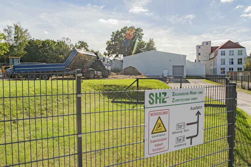 Auf dem Areal der Hebe und Zurrtechnik in Großröhrsdorf sind die Baumaschinen angerückt. Hier entsteht eine neune Lagerhalle und Parkplätze für die Mitarbeiter.