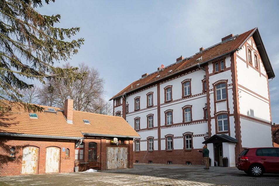Das Haus Helmut-von-Gerlach-Straße 28 (rechts) ist fertig saniert und voll bewohnt, am früheren Waschhaus (links) sind noch Restarbeiten nötig, zum Beispiel an den Türen.
