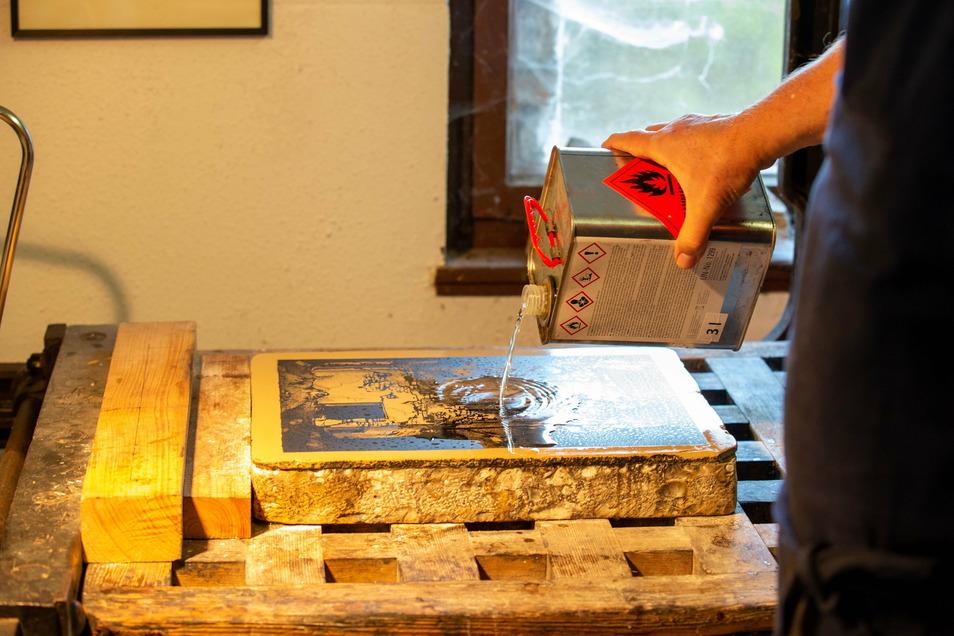 Vorbereitung für den Druck: Schutzschicht und alte Farbe werden mit Terpentinöl abgewaschen.