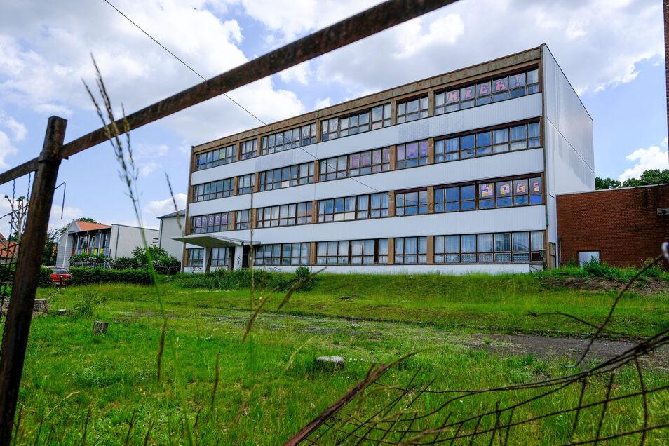 Das Gebäude der frühere Moritzburger Mittelschule soll abgerissen werden und so Platz für ein neues Feuerwehrgerätehaus eine Rettungswache und zusätzliche Räume für die benachbarte Grundschule entstehen.