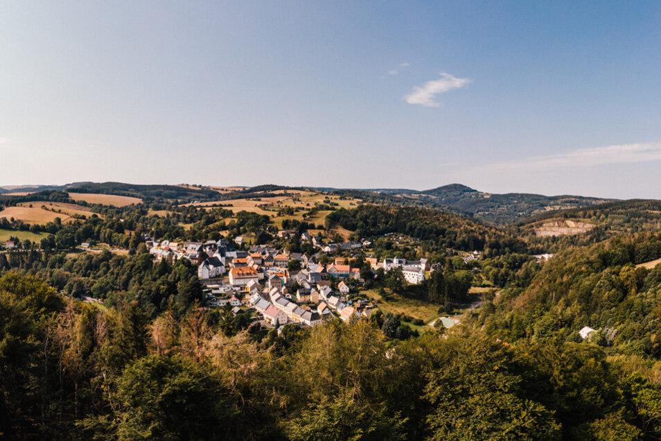 Blick auf Lauenstein mit Schloss und Kirche.