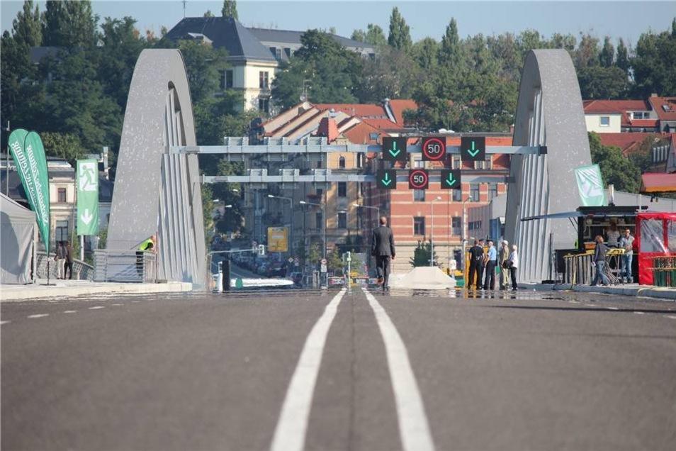 So auch der Blick über die nun geöffnete Brücke ...
