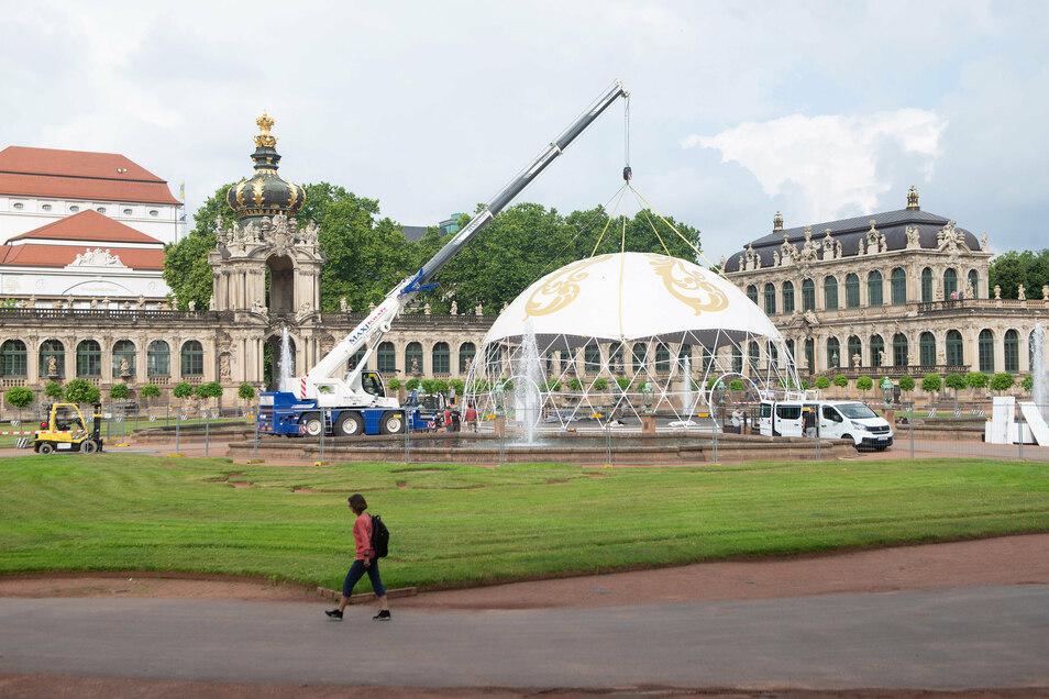 Am Freitagmorgen hat der Abbau der Filmkuppel im Zwingerhof begonnen. Sie hängt am Arm eines mobilen Schwerlastkrans.