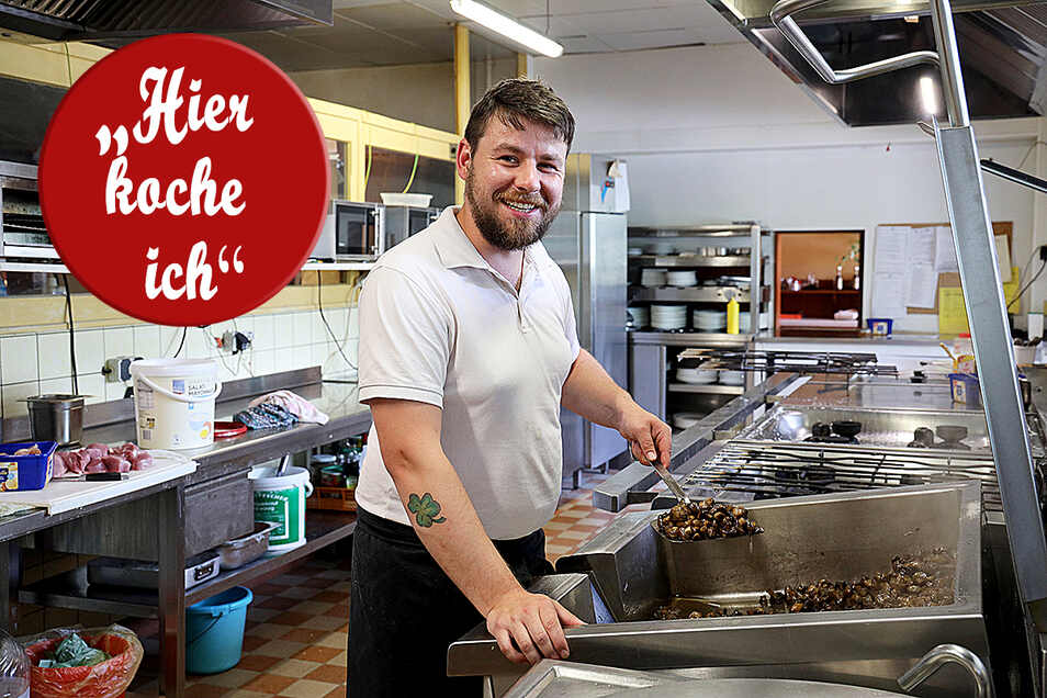 Paul Hesse bereitet in der Küche Pilze zu. Zusammen mit seinem Vater Ralf und seinem Bruder Tim sorgen sie für leckeres Essen in der Pausitzer Delle.