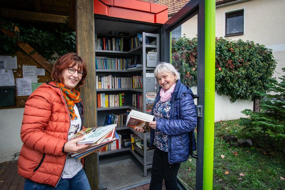 Freuen sich über die neue Bücherzelle in Niedergurig: Ute Gregor (l.) und Petra Eckert.