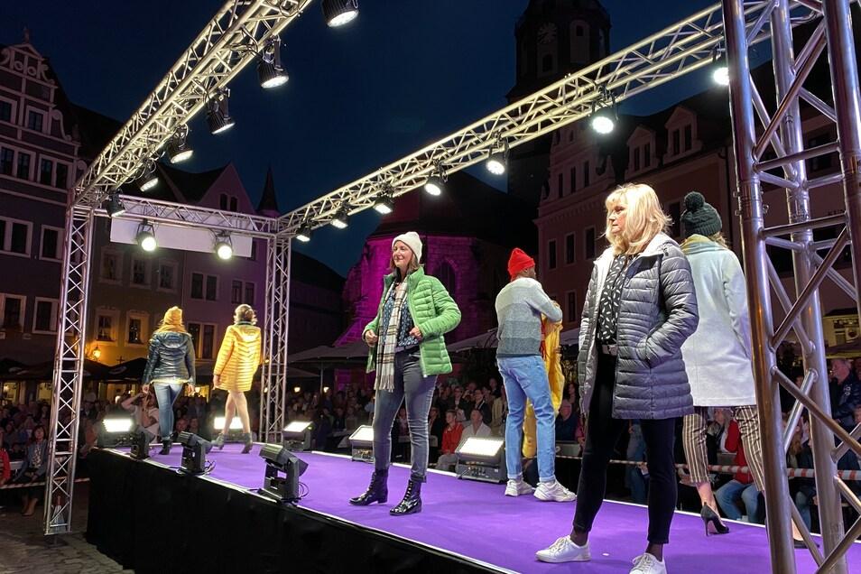 Viele Geschäfte präsentierten ihre neue Herbst- und Winterkollektion mit trendigen Jacken, Mänteln und Accessoires.