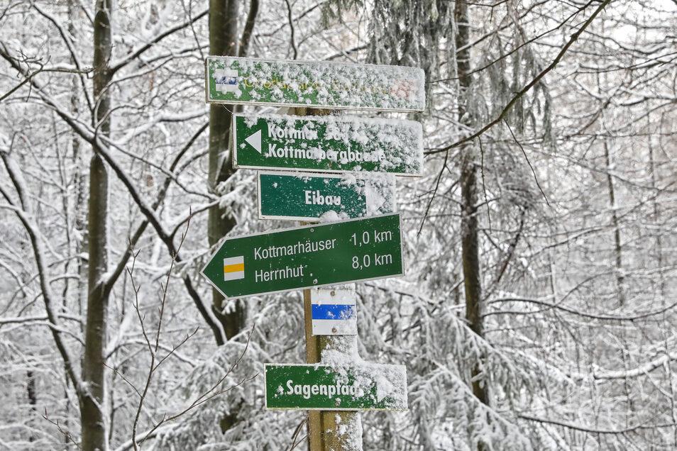 Etwas mit Schnee bedeckt sind auch die Wegweiser auf dem Kottmar.