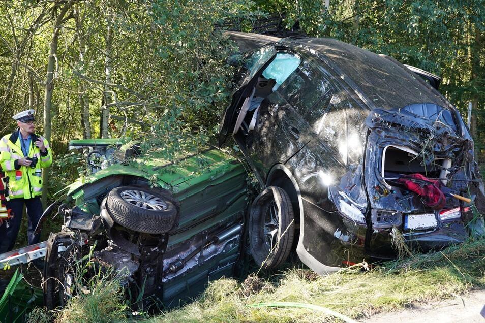 Ein schwerer Unfall hat sich am Dienstagmorgen in der Nähe von Bischofswerda ereignet. Zwei Autos landeten übereinander im Straßengraben.