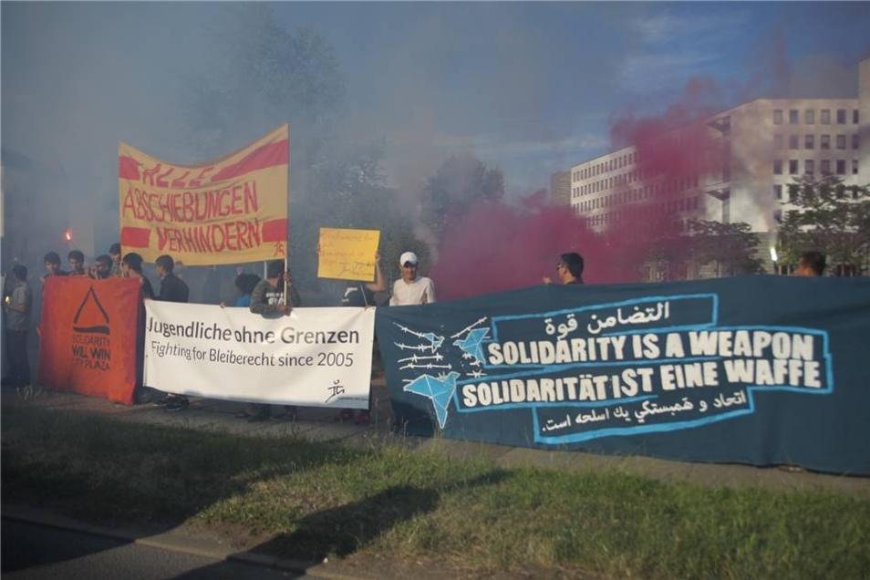 Am Sonntag haben mehrere Hundert Menschen friedlich gegen Abschiebung demonstriert - unter anderem mit einer genehmigten Pyro-Show.