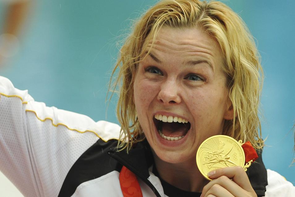 2008: Britta Steffen feiert ihre Goldmedaille über 100m Freistil bei Olympia in Peking.