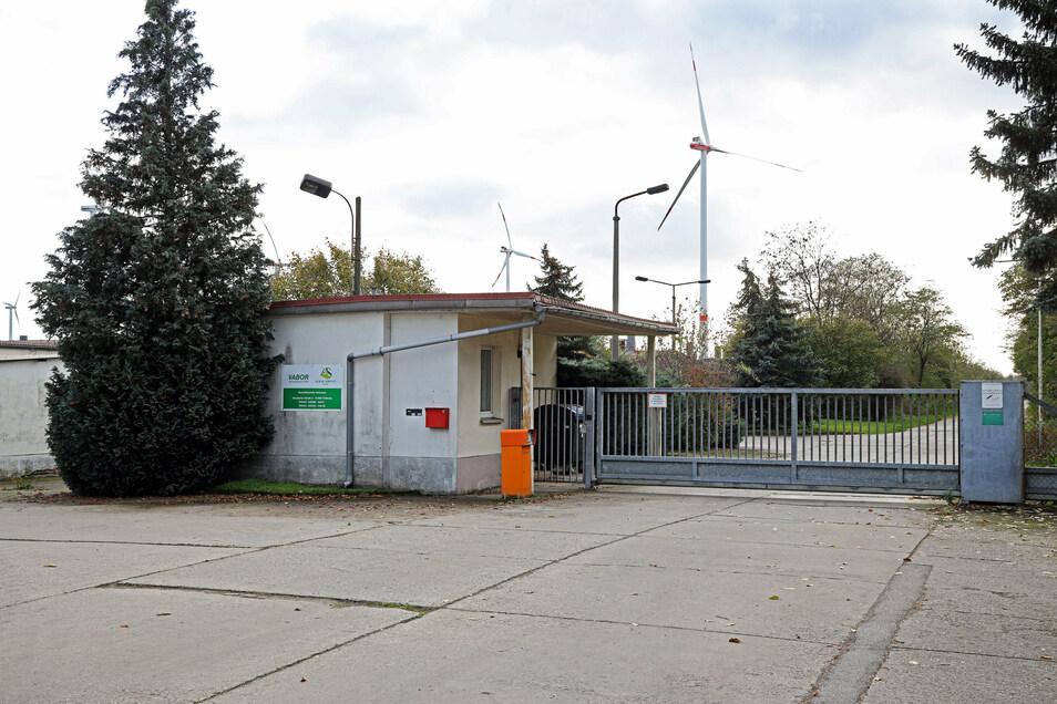 Am Eingang der Schweinemastanlage Streumen steht noch das Schild von der Vorgängergesellschaft die Vabor Agrarproduktion.
