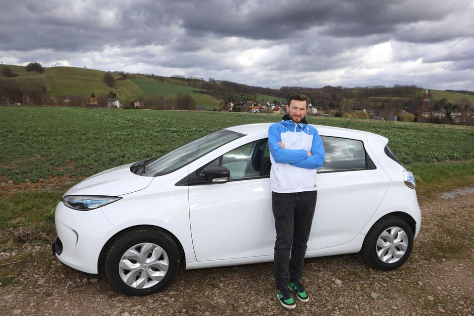 Im kleinen Reinsdorf bei Zwickau kann Sven Saalfrank-Mittenzwei nicht aufs Auto verzichten. Eine volle Ladung seines E-Autos kostet ihn nur zwölf Euro. Damit kommt er 300 Kilometer weit.