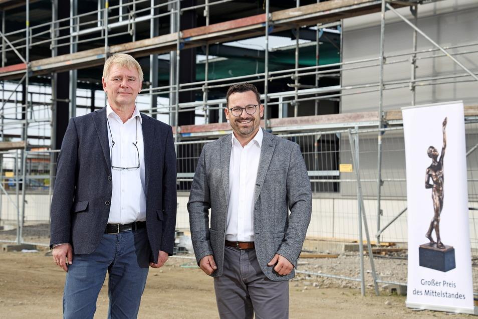 Die Chefs vor ihrer Baustelle: Dietmar Tietz (l.) und Michael Bohnefeld sind Geschäftsführer von WT Energiesysteme. Das Unternehmen investiert in Riesa gerade 15 Millionen Euro.