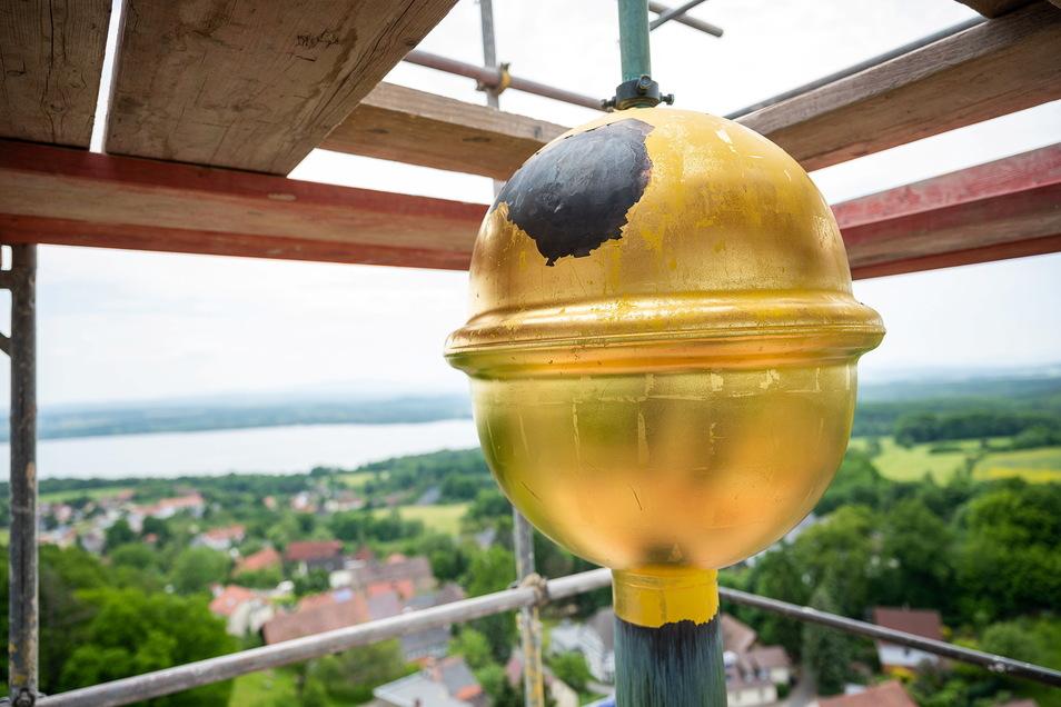 Weithin leuchtet die vergoldete Turmkugel. Aus jeder Richtung ist sie zu sehen - vorerst aber nicht. Sie wurde wegen der Turmreparatur abgenommen.
