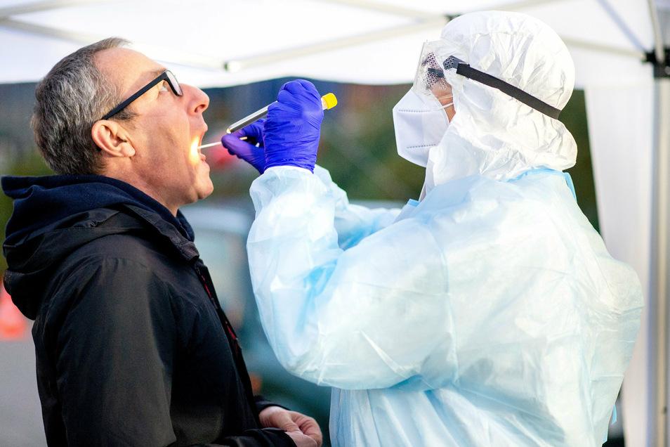 Ein PCR-Test wird von einem mobilen Einsatzteam vorgenommen. Diese Test sind inzwischen sehr genau. Über sieben Prozent aller Corona-Tests haben ein positives Ergebnis. Der Tagesanstieg im Landkreis Meißen geht am Montag wieder etwas zurück.