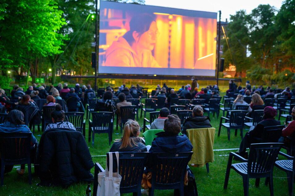 """Berlin: Besucher sitzen im Freiluftkino Kreuzberg, um sich den Film """"Futur drei"""" anzuschauen. Kinos in Berlin dürfen seit Donnerstag wieder Veranstaltungen unter freiem Himmel mit maximal 250 Personen anbieten."""