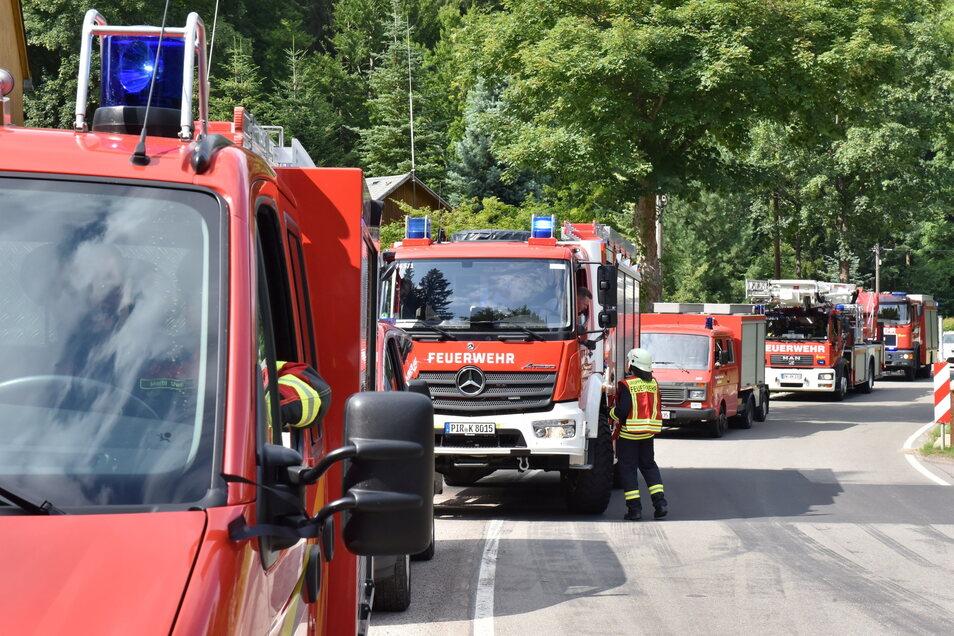 Mehrere Feuerfahrzeuge auf dem Weg zum vermeintlichen Waldbrand.