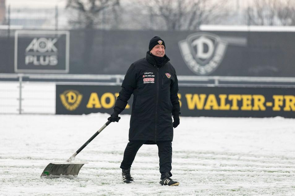 Vor dem Anstoß zum Trainingsspiel greift Chefcoach Markus Kauczinski selbst zum Schneeschieber.