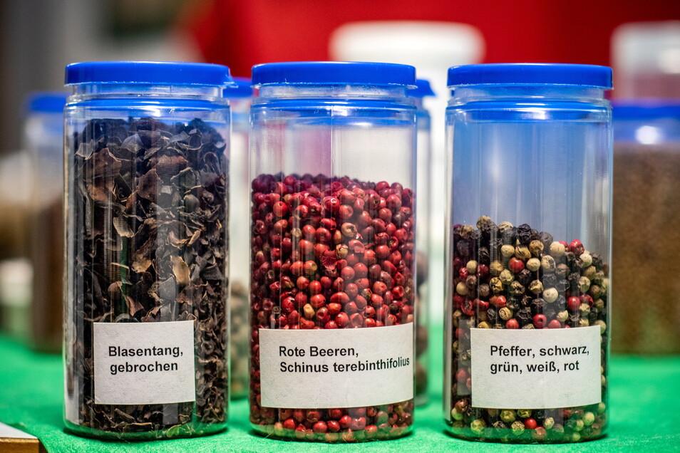 Gut sortiert sind die Gewürze und Kräuter in kleinen Dosen verpackt. Während der Ausstellung sollen die Besucher die Stoffe mit allen Sinnen entdecken.