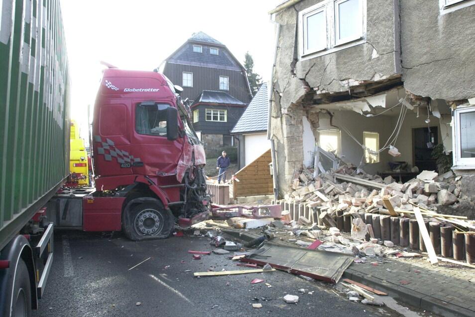 Im Wohnzimmer einer Altenberger Familie endete die Fahrt dieses Lkw im Jahr 2004.