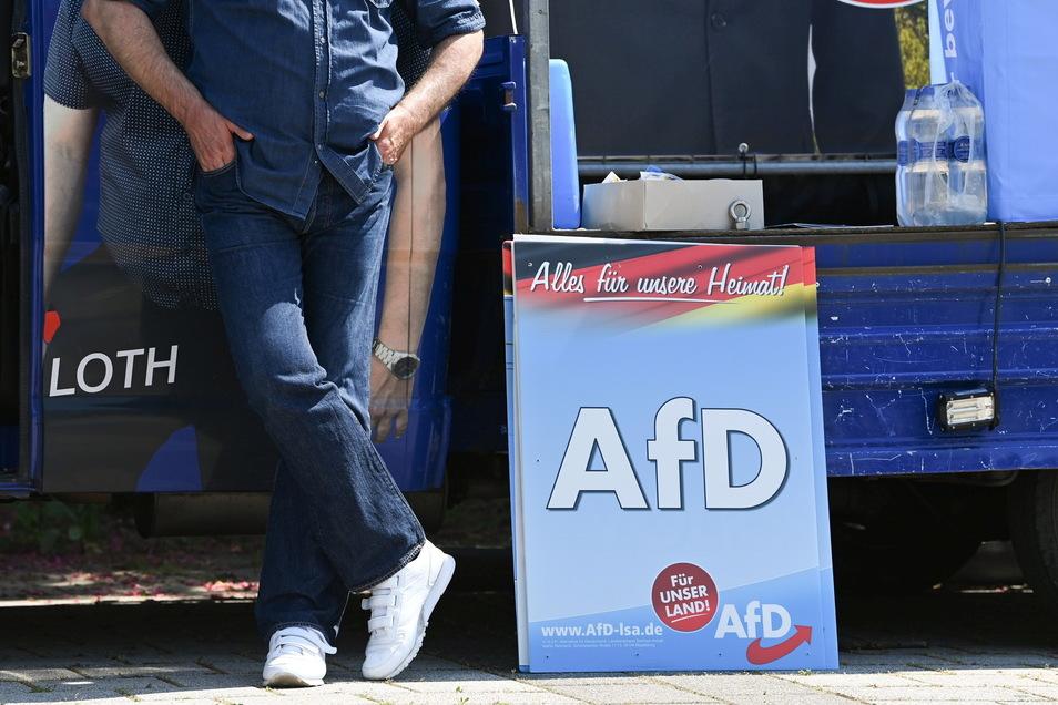 """Wahlplakate bei einer Wahlkampfveranstaltung der AfD in Sachsen-Anhalt: Aus Sicht des Instituts für Menschenrechte sollten sich andere Parteien klar von der sogenannten """"Alternative"""" abgrenzen"""