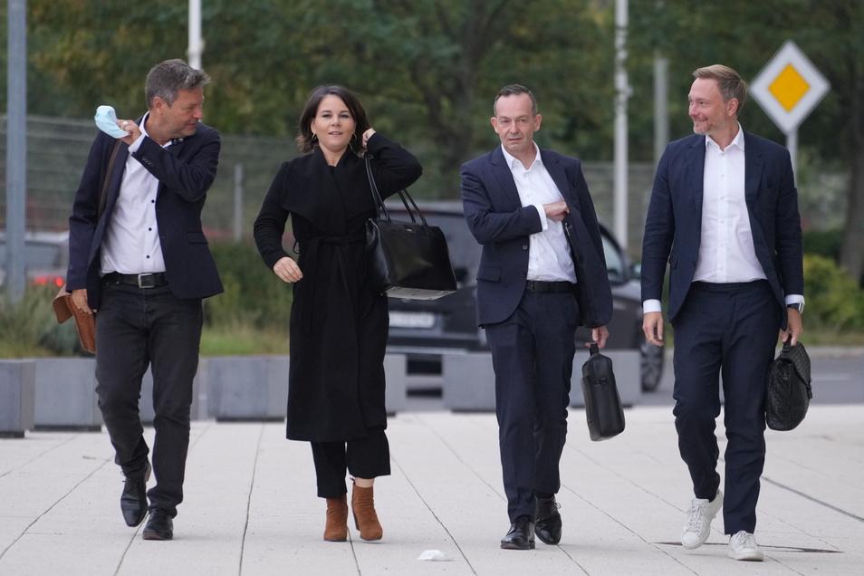 Die Grünen Robert Habeck (v.l.n.r.), und Annalena Baerbock kommen gemeinsam mit den FDP-Spitzen Volker Wissing und Christian Lindner zu dem Tagungsort für die Sondierungsgespräche.