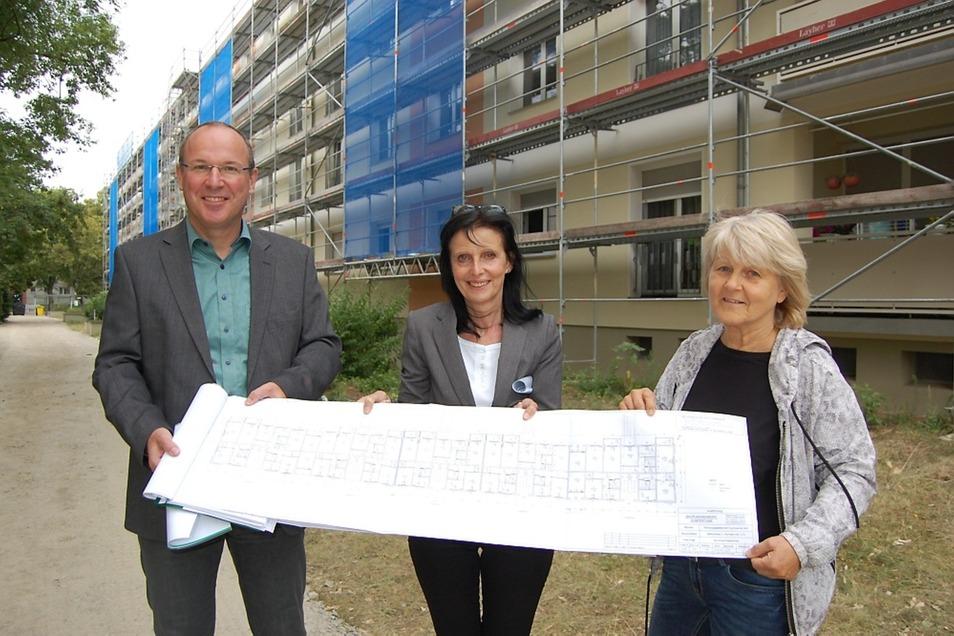 Steffen Markgraf, Petra Scholz und Brigitte Zeschke (v.l.n.r.) von der Wohnungsgesellschaft haben einen Plan, nämlich mehr Balkone.