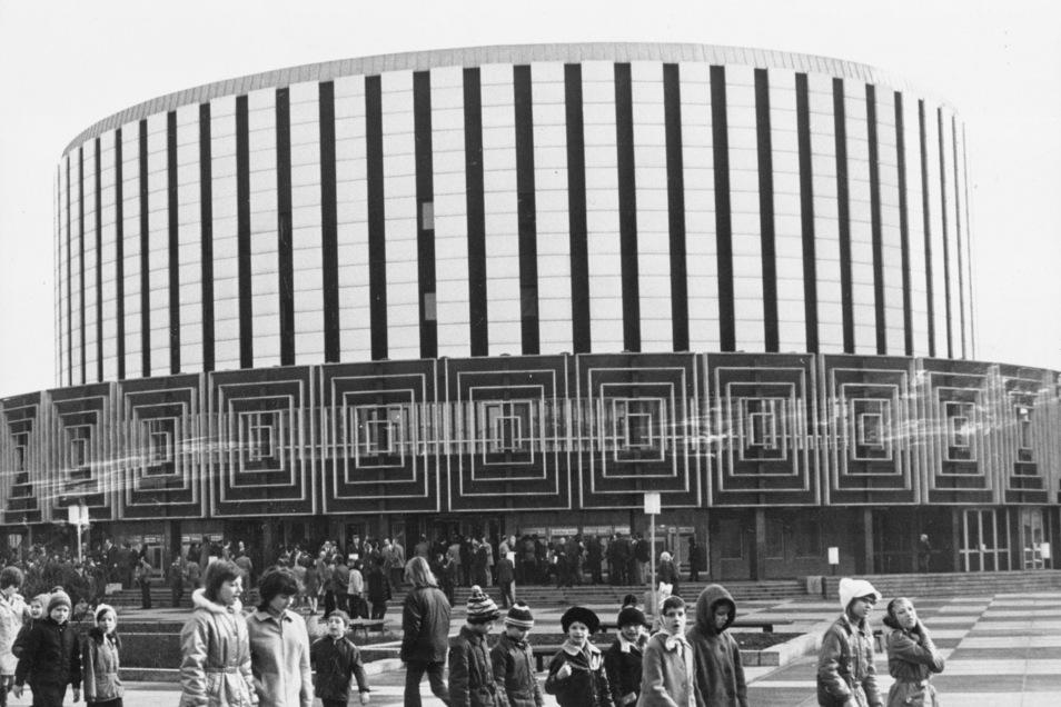 Das Rundkino ist eine Legende. Gebaut vor fast eine halben Jahrhundert als erster DDR-Zylinderbau für eine öffentliche Nutzung mit Filmen, Versammlungen, Jugendweihen. Das bedeutende Zeugnis der Nachkriegsmoderne wurde entworfen um sein Herz herum, den gr