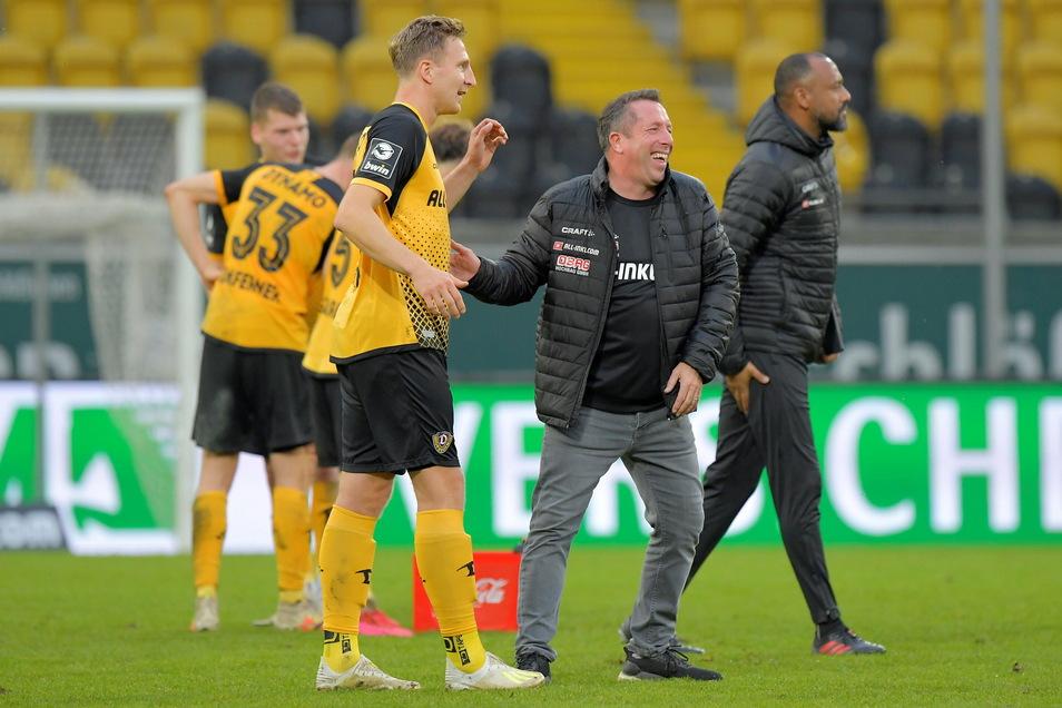 Dynamo-Trainer Markus Kauczinski freut sich mit Marco Hartmann nach dem 3:0-Sieg gegen Meppen Ende Oktober. Doch nach insgesamt acht Einsätzen in dieser Saison fällt Hartmann verletzt aus.