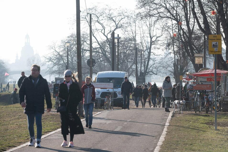 Spaziergänger an der Elbe. Tausende suchten das Vergnügen an den ersten Frühlingstagen. Am Johannstädter Fährgarten drängten sich die Menschen.